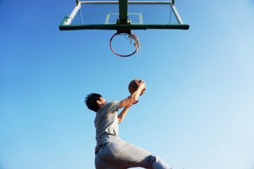 un basketteur qui s'entraîne à la détente