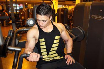homme faisant de la musculation