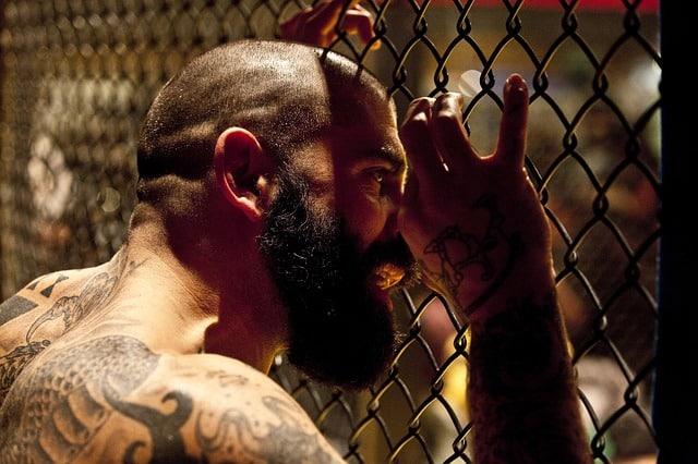 homme dans une cage mma