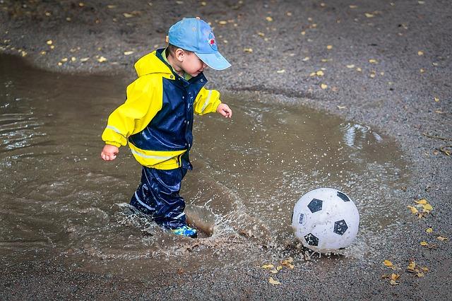 jeune joueur sous la pluie