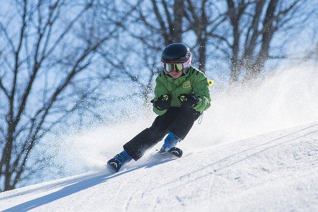 un enfant qui fait du ski