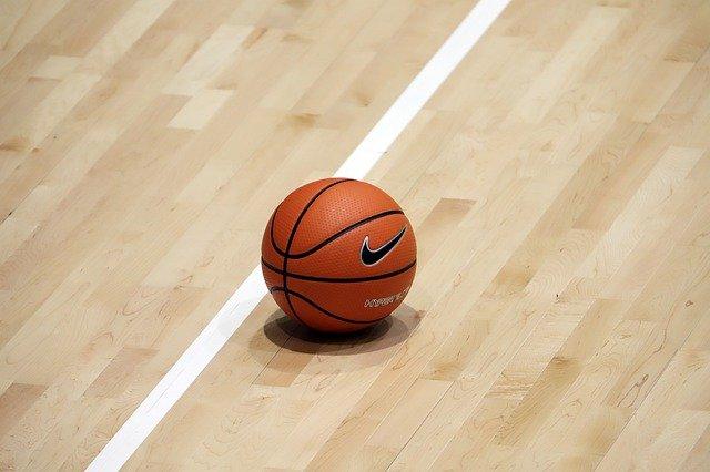 ballon de basket sur un parquet