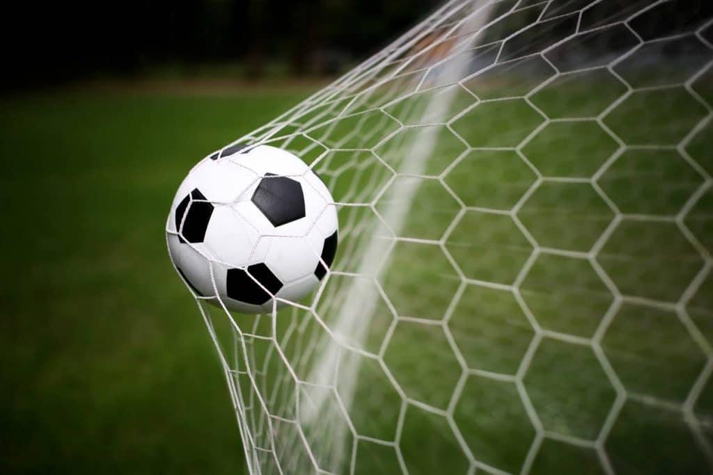 ballon dans un filet de football